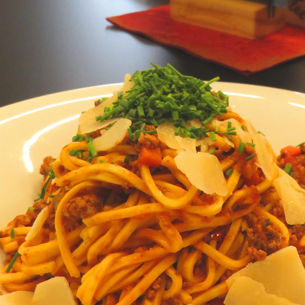 Spaghetti Bolognese mit frischem Parmesan und Schnittlauch