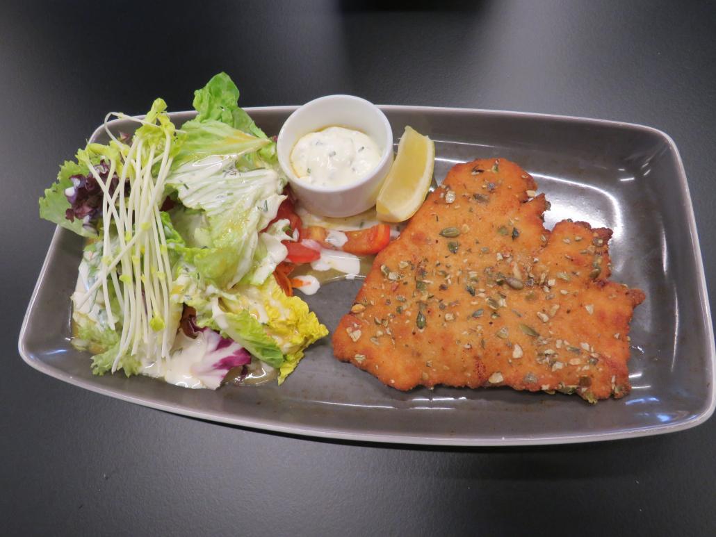 Schnitzel mit Kürbiskernpanade und Salat