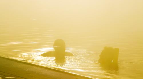 Paar wird vom gleißenden Sonnenlicht beim Baden erfasst