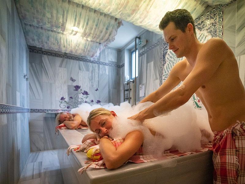 Speziell ausgebildeter Hamammeister verwöhnt ein Paar bei einer orientalischen Seifenmassage