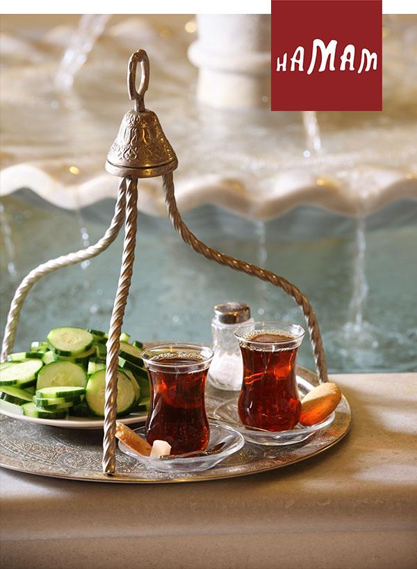 Tablett mit original türkischen Tee am Springbrunnen im Camekan