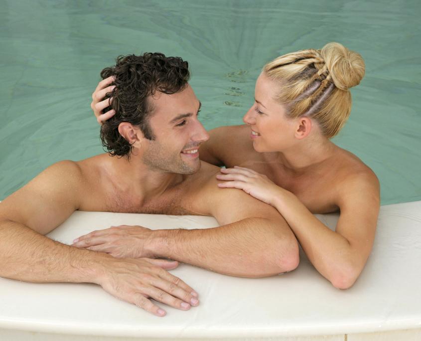 Junges Paar entspannt sich verliebt im Hamam Bad