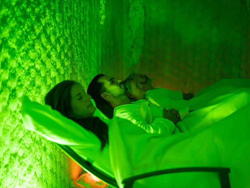 Grüner Farbwechseln in der Toten-Meer Salzgrotte stimuliert die Gäste