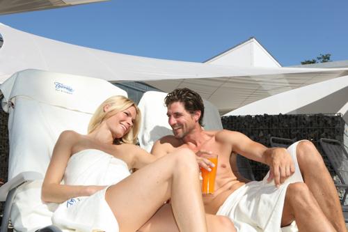 Junges Paar genießt eine Erfrischung im Außenbereich der SaunaPur