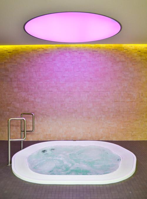 Innen-Whirlpool mit Farbwechsel vor Backsteinwand