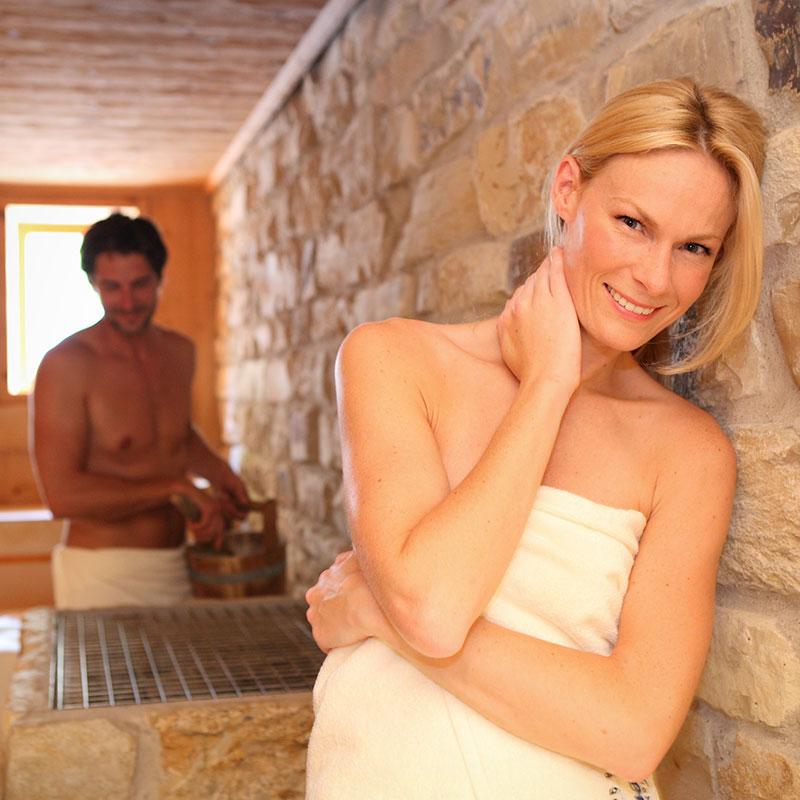 Ein Model lehnt lässig an der Wand und genießt den heißen Aufguss Ihres Partners