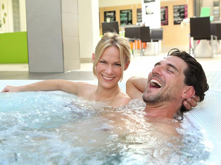 Ein Paar entspannt im Innen-Whirlpool der SaunaPur